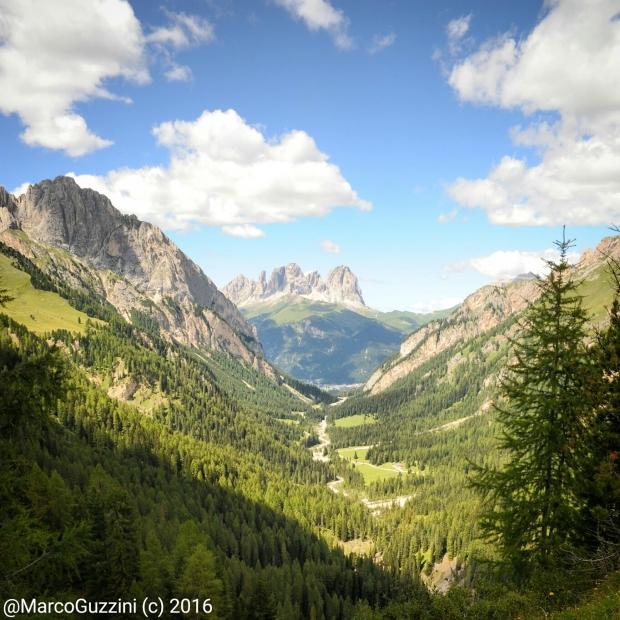Valle Contrin e Sassolungo sullo sfondo, procedendo verso il passo San Nicolò