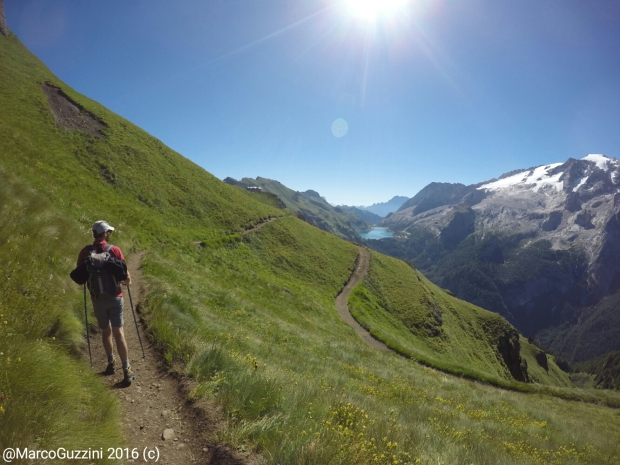 """Vista sul ghiacciaio della Marmolada e sul lago Fedaia dalla alta via """"Viel del Pan"""""""