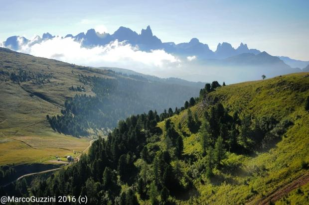 Foto: Le Pale di san Martino forano le nuvole mentre siamo a Le Cune (zona San Pellegrino)